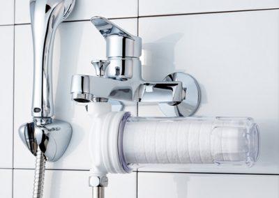 샤워기 수전용 정수필터가 샤워기에 연결된 이미지